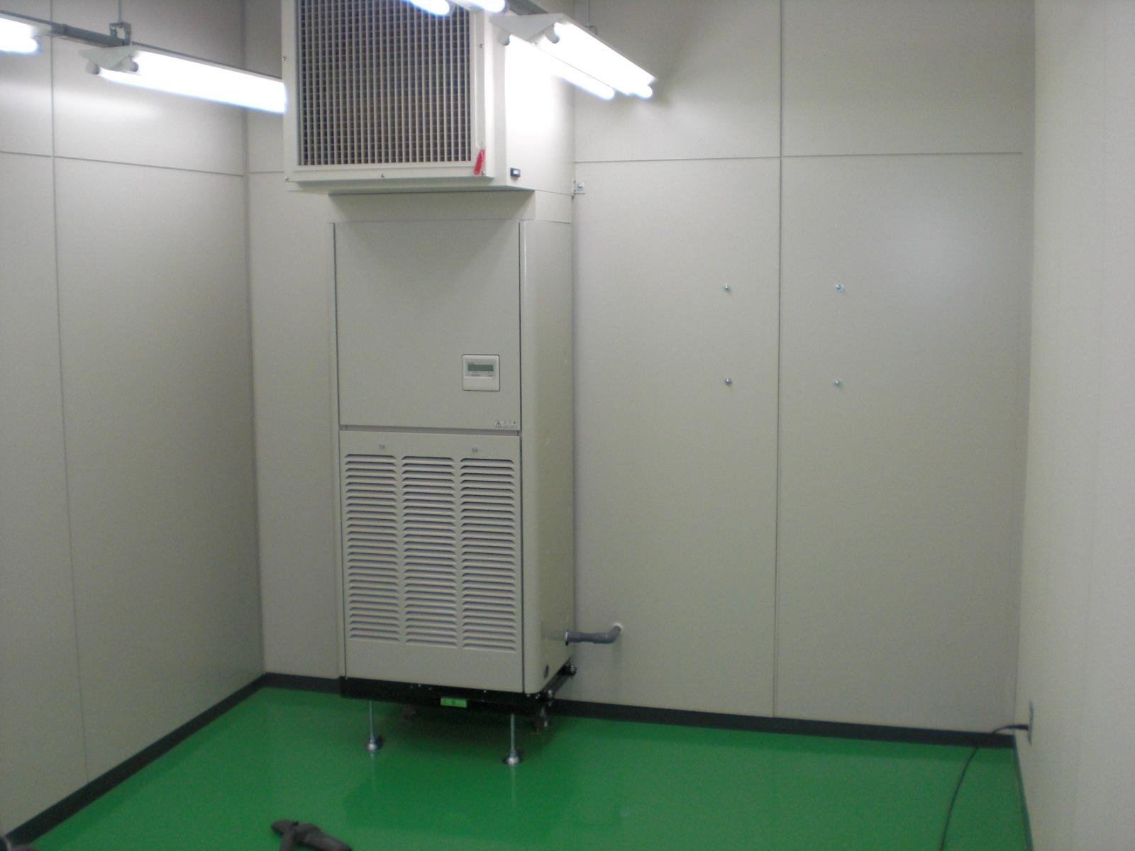 空調システム 床置き型空冷式 パッケージエアコンを採用(空調設備は最終仕上げ前の状態)